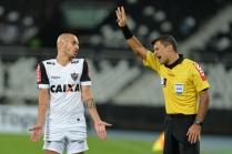 Arbitro Sandro Meira Ricci e Fábio Santos durante Botafogo x Atlético-MG realizada no Estádio Nilton Santos (26/07/2017)