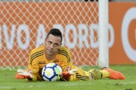 Goleiro Diego Avel após defesa